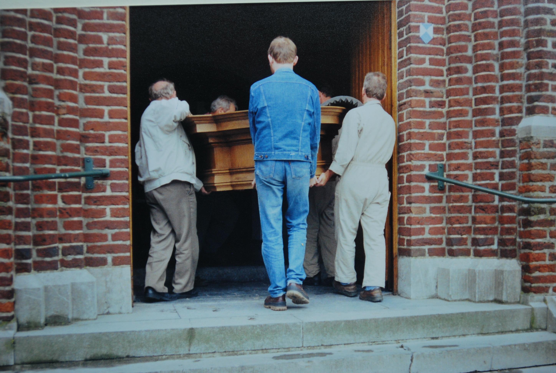 109-orgel-onderdelen-worden-in-de-kerk-gebracht