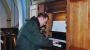 142-directeur-leon-verschueren-aan-het-orgel-