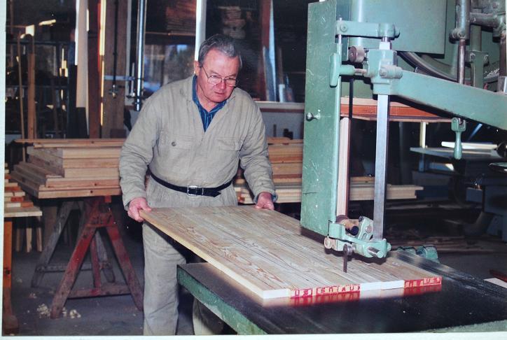 35-nico-van-den-heuvel-zaagt-wanden-voor-de-houten-pijpen-van-het-pedaal